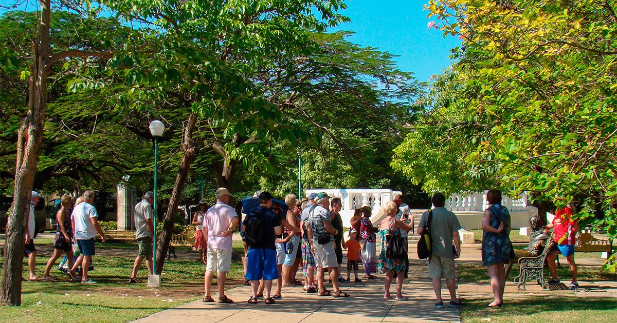 Turistas ante la estatua de Lennon