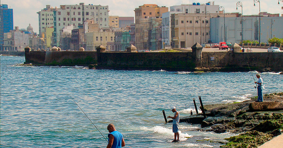 Pescando en el Malecón