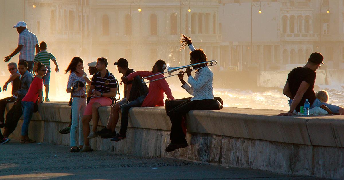 Gente en el Malecón