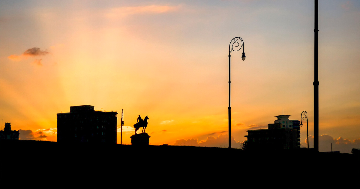 Monumento al anochecer
